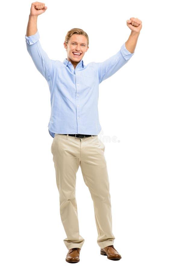 Hombre joven feliz que celebra con los brazos para arriba aislados en el backg blanco imagenes de archivo