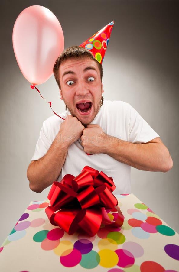 Hombre joven feliz que celebra cumpleaños foto de archivo libre de regalías