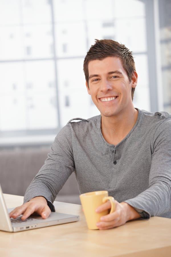 Hombre joven feliz que se sienta en el vector imagen de archivo