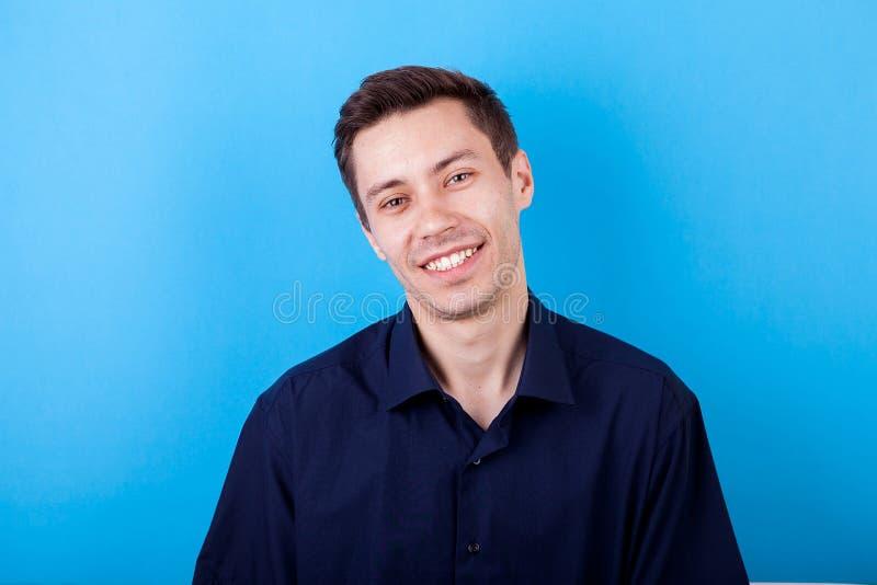 Hombre joven feliz que sonríe a la cámara fotos de archivo