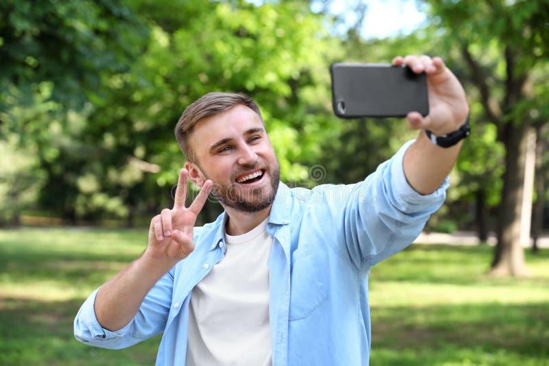 Hombre joven feliz que toma el selfie imagenes de archivo