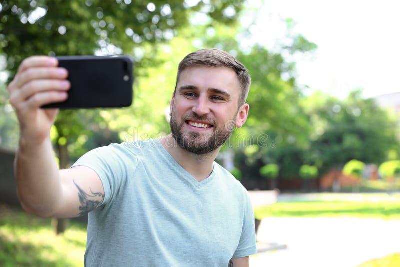 Hombre joven feliz que toma el selfie fotos de archivo
