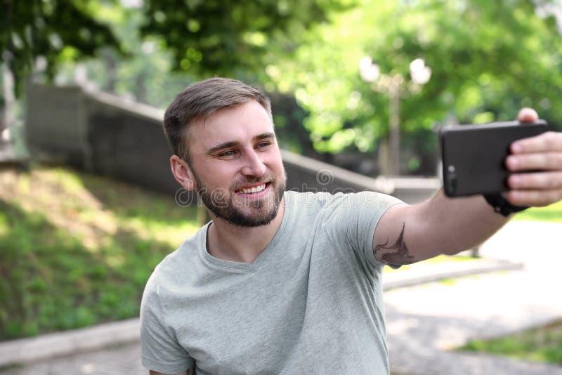 Hombre joven feliz que toma el selfie foto de archivo libre de regalías