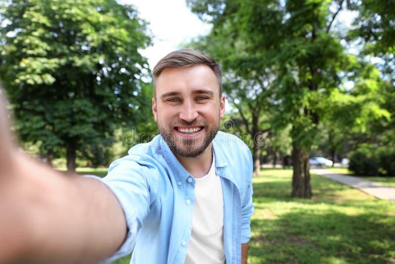Hombre joven feliz que toma el selfie imagen de archivo