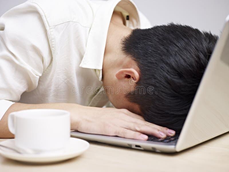 Hombre joven frustrado imagen de archivo