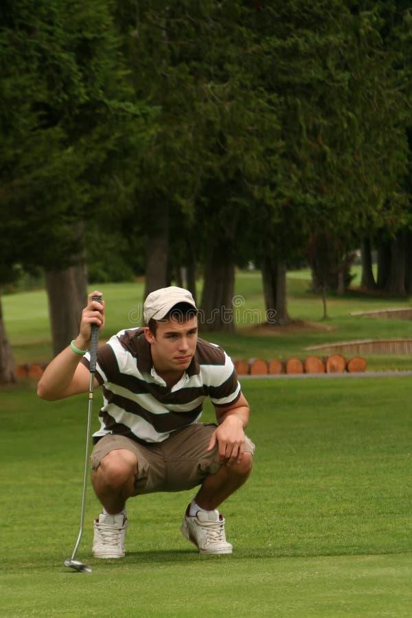 Hombre joven Golfing foto de archivo libre de regalías