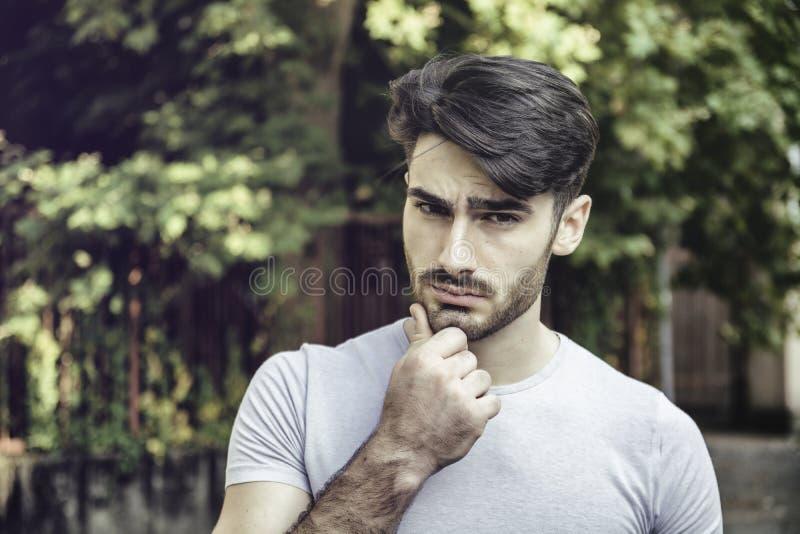 hombre joven hermoso al aire libre fotos de archivo