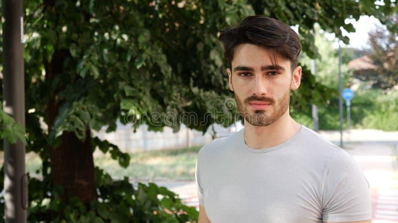 hombre joven hermoso al aire libre imagen de archivo libre de regalías