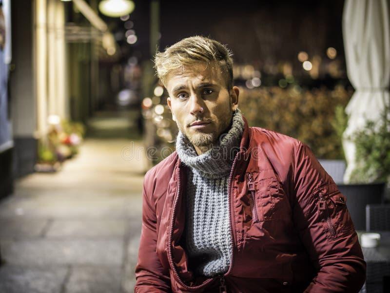 Hombre joven hermoso al aire libre en la moda del invierno fotos de archivo