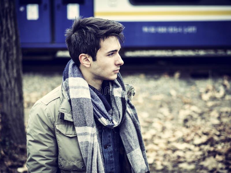 Hombre joven hermoso al aire libre en la moda del invierno foto de archivo libre de regalías