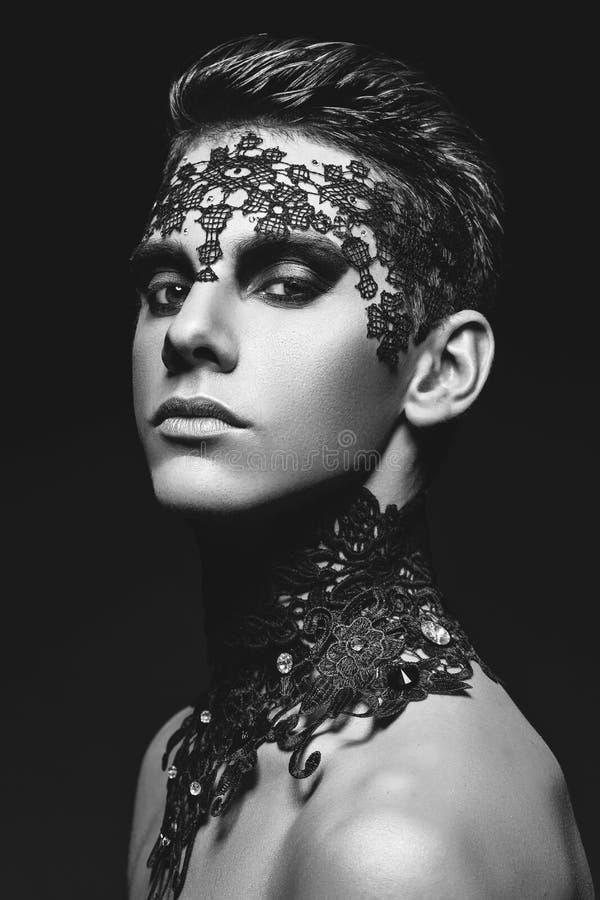 Hombre joven hermoso con el cordón en cara foto de archivo