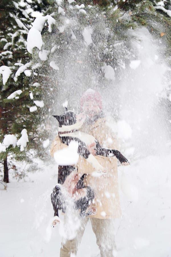 Hombre joven hermoso con su perro del boxeador al aire libre foto de archivo