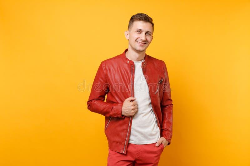 Hombre joven hermoso confiado de la voga del retrato 25-30 años en la chaqueta de cuero roja, soporte de la camiseta aislado en t imagen de archivo libre de regalías