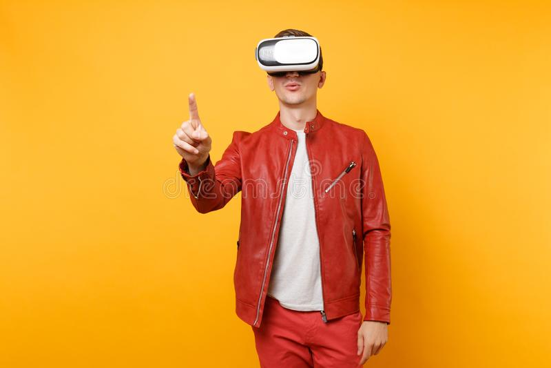 Hombre joven hermoso de la voga del retrato en la chaqueta de cuero roja, camiseta que mira en la situación de las auriculares ai imagen de archivo libre de regalías