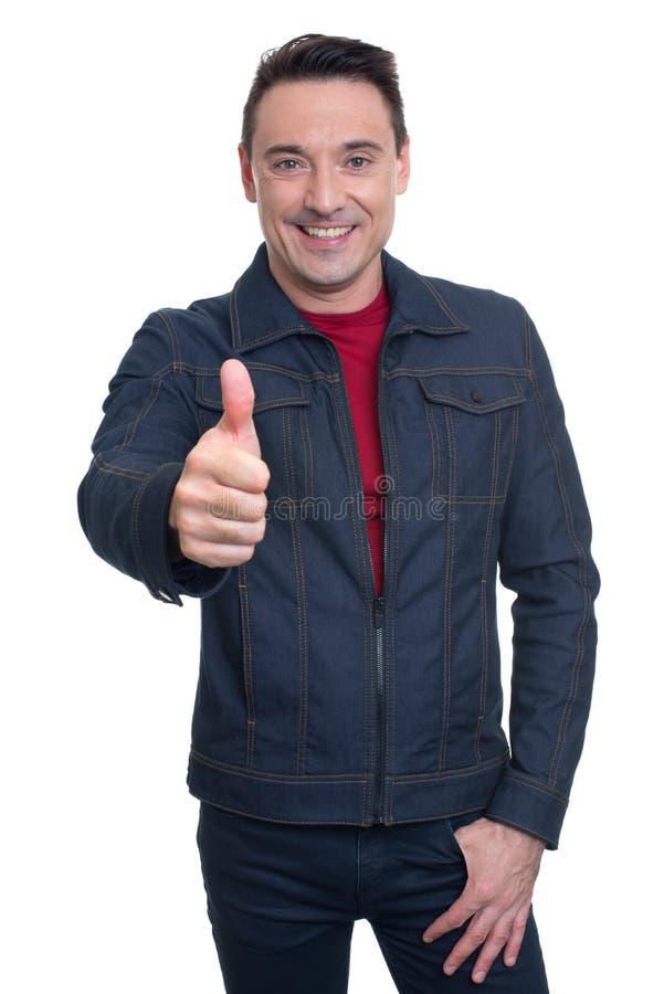 Hombre joven hermoso de moda que muestra su pulgar para arriba imagen de archivo libre de regalías