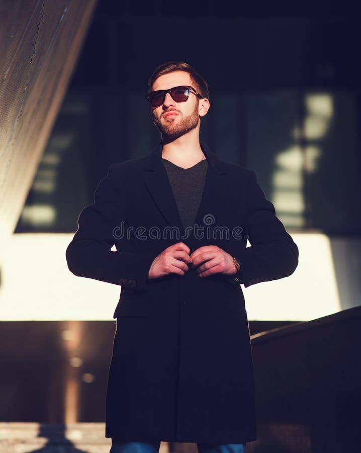 Hombre joven hermoso en capa foto de archivo libre de regalías