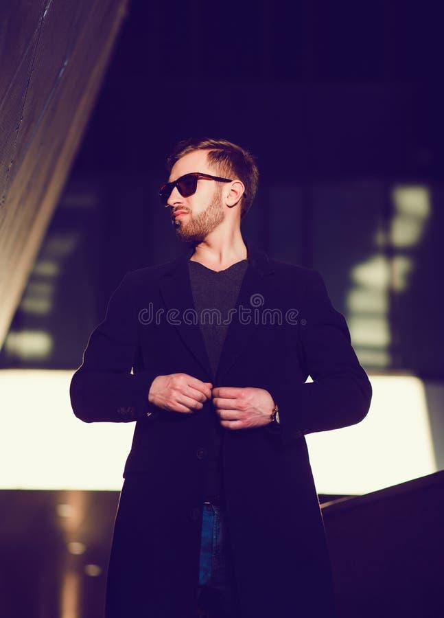 Hombre joven hermoso en capa de la moda imagen de archivo libre de regalías