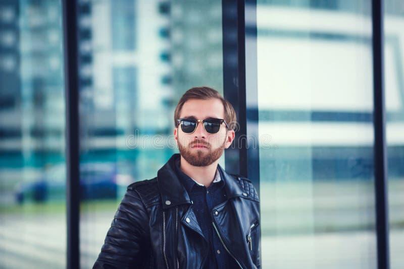 Hombre joven hermoso en gafas de sol fotografía de archivo