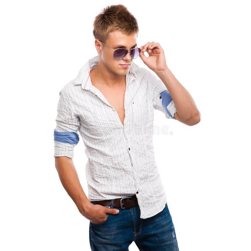 Hombre joven hermoso en pantalones vaqueros, camisa ligera fotos de archivo libres de regalías