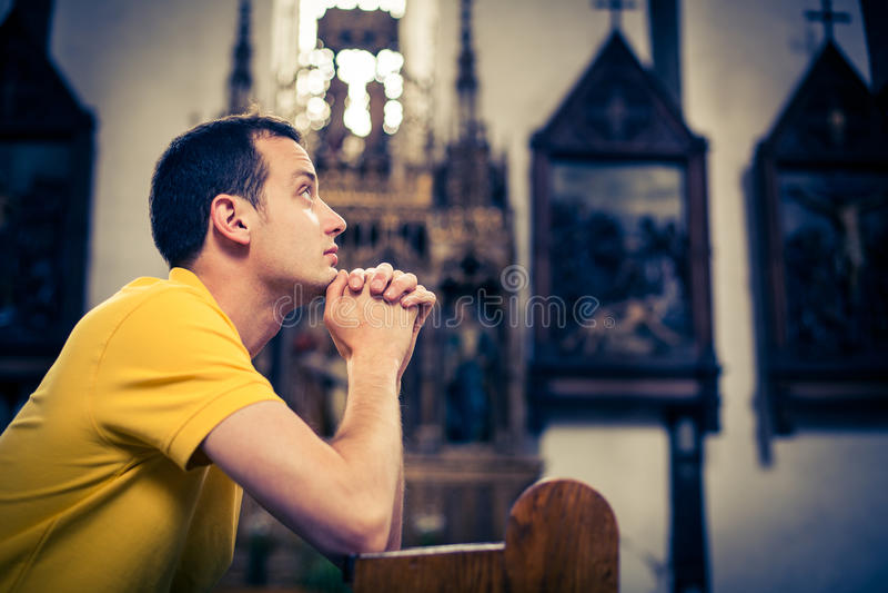 Hombre joven hermoso en una iglesia foto de archivo libre de regalías