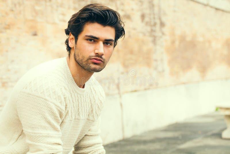 Hombre joven hermoso hermoso al aire libre Peinado de la manera imagen de archivo