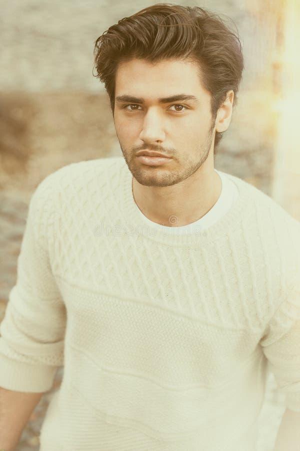 Hombre joven hermoso hermoso al aire libre Peinado de la manera imagen de archivo libre de regalías