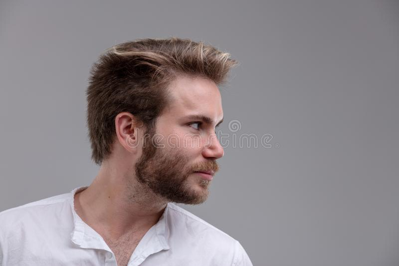 Hombre joven hermoso intenso que mira al lado fotos de archivo libres de regalías