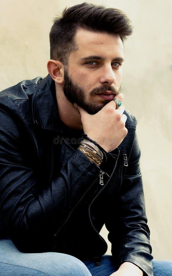 Hombre joven hermoso - mirada atractiva del hombre imagen de archivo