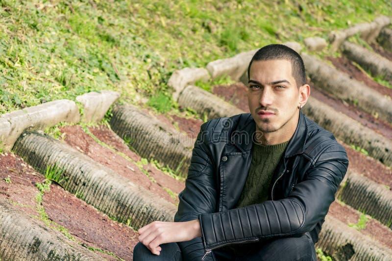 Hombre joven hermoso - mirada atractiva del hombre fotos de archivo libres de regalías