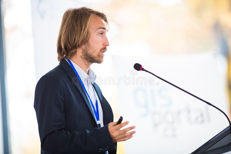 Hombre joven hermoso pronunciar un discurso imagenes de archivo