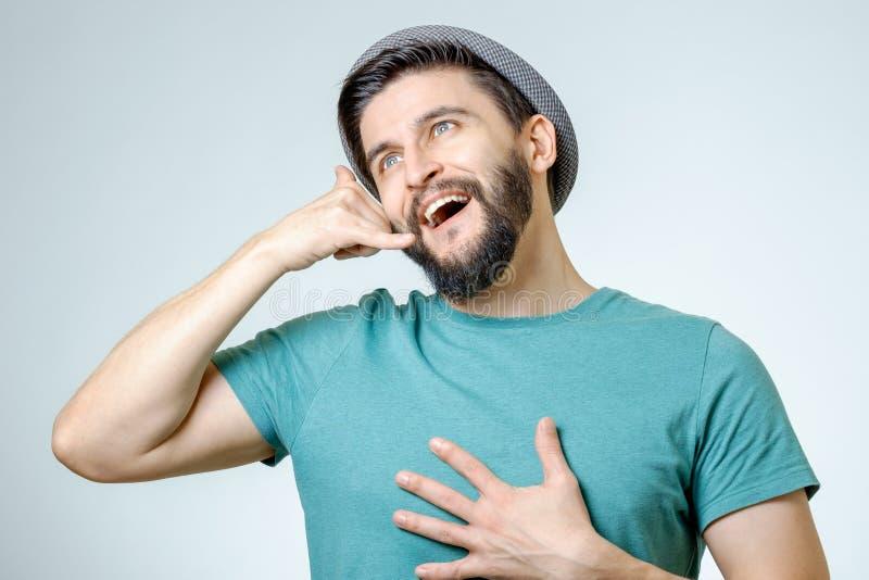 Hombre joven hermoso que me muestra a una llamada muestra imágenes de archivo libres de regalías