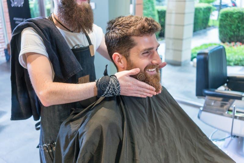 Hombre joven hermoso que piensa en una diversa forma para su barba fotos de archivo libres de regalías