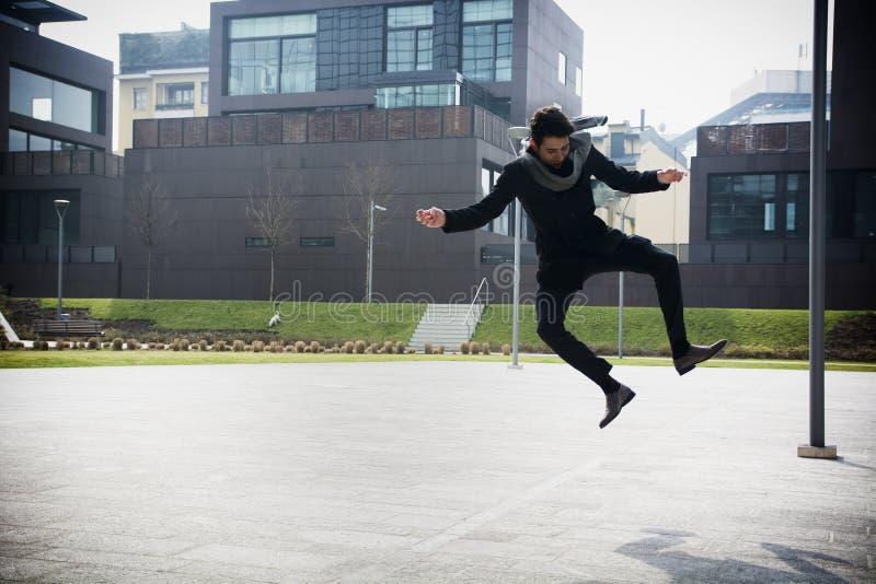 Hombre joven hermoso que salta para la alegría fotos de archivo