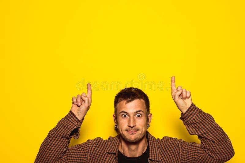 Hombre joven hermoso que señala con sus manos fotografía de archivo