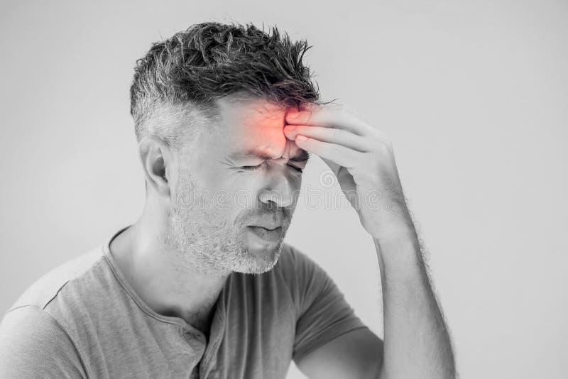 Hombre joven hermoso que sufre de dolor de cabeza fotografía de archivo libre de regalías