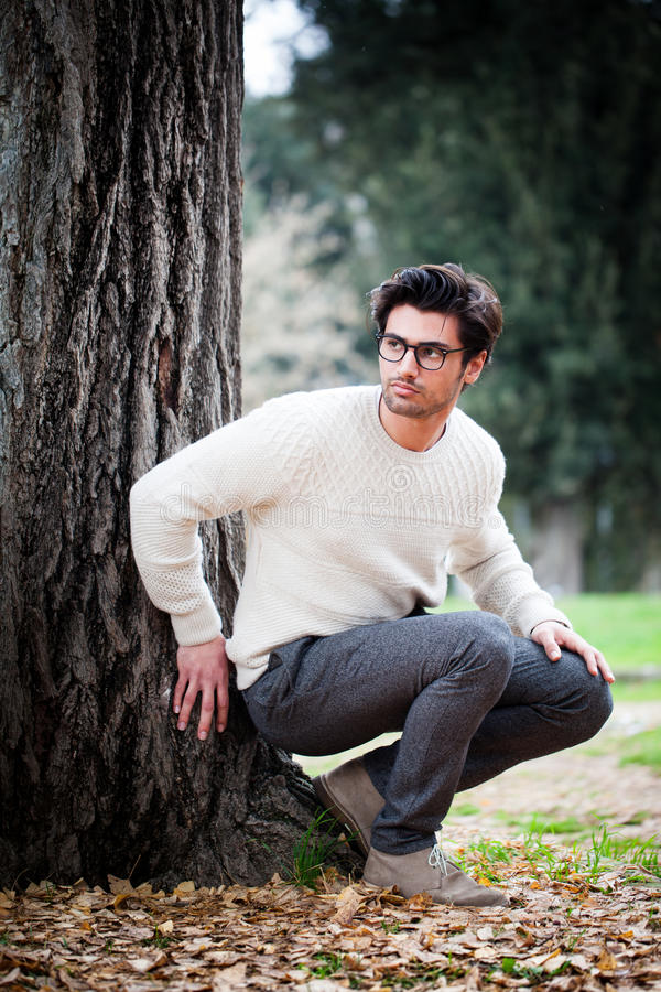 Hombre joven hermoso solamente en naturaleza cerca de un árbol al aire libre fotografía de archivo