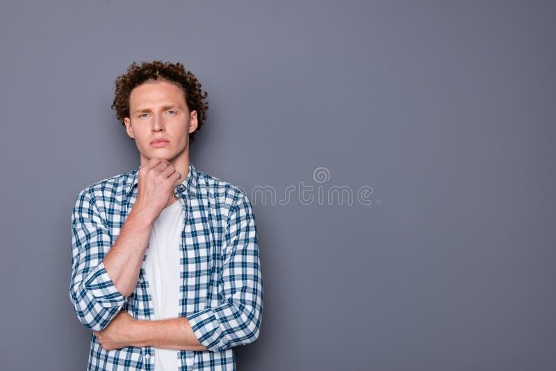 Hombre joven importado hermoso agradable atractivo de moda elegante con wa fotos de archivo