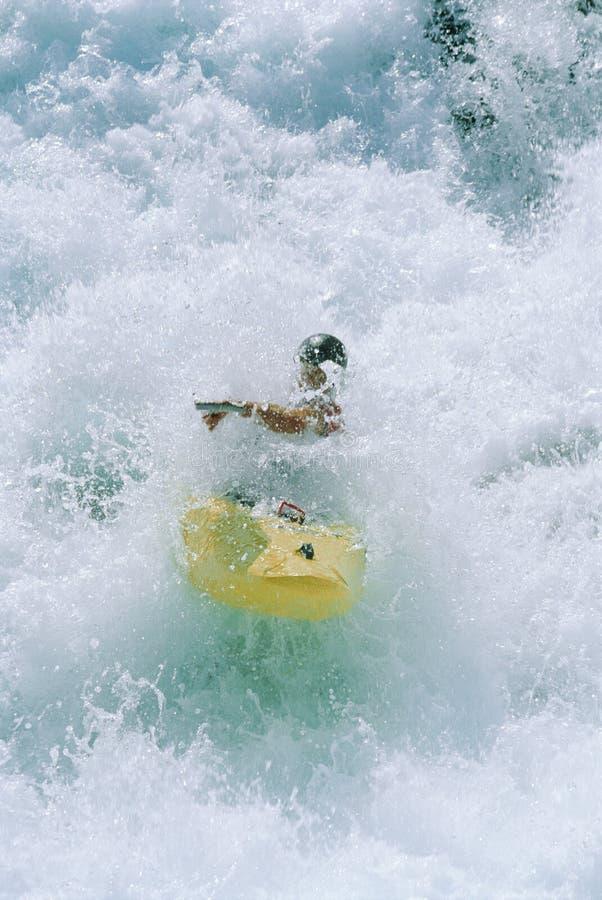 Hombre joven kayaking en rapids imágenes de archivo libres de regalías