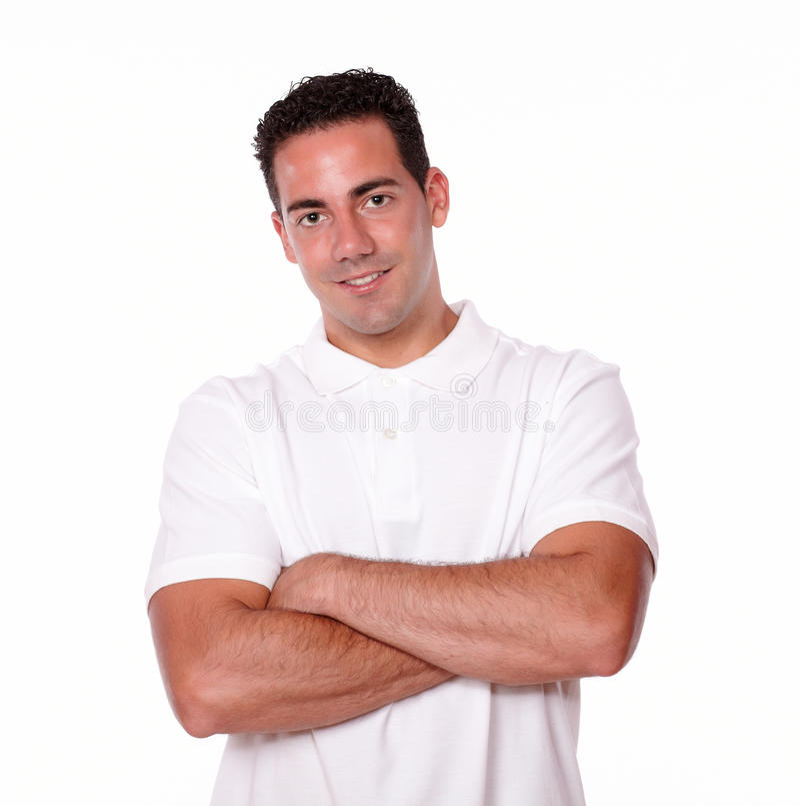 Hombre joven latino magnífico que cruza sus brazos foto de archivo