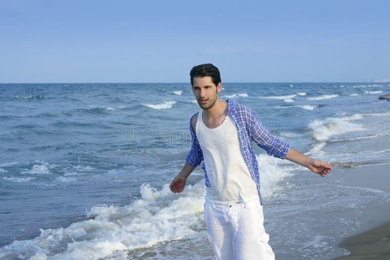 Hombre joven latino mediterráneo en la playa fotografía de archivo
