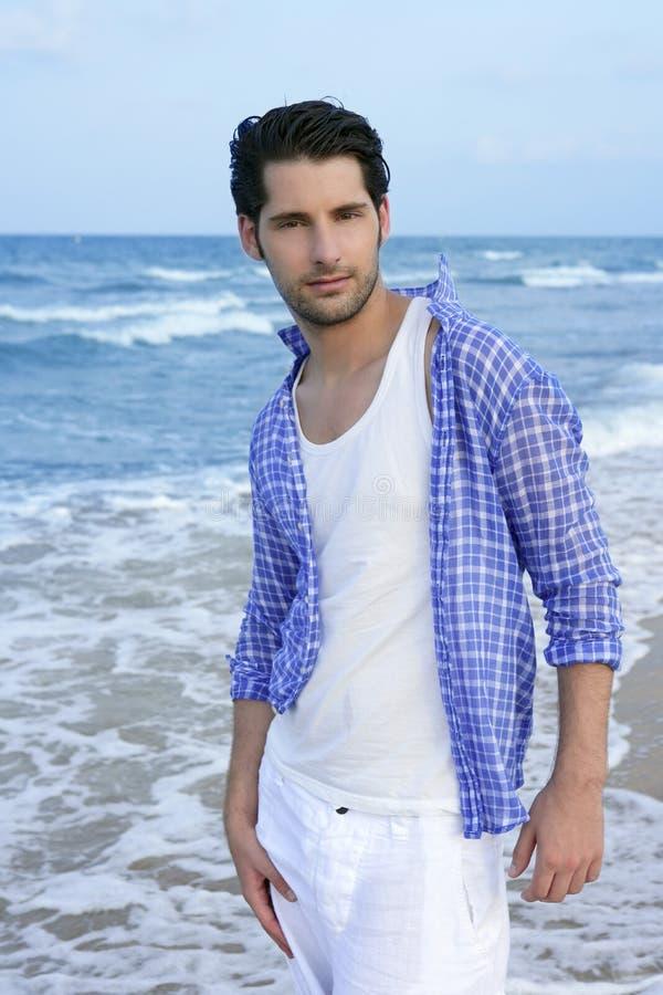 Hombre joven latino mediterráneo en la playa fotos de archivo libres de regalías