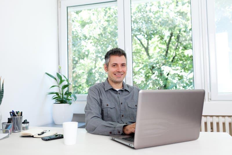 Hombre joven lindo en la oficina fotografía de archivo