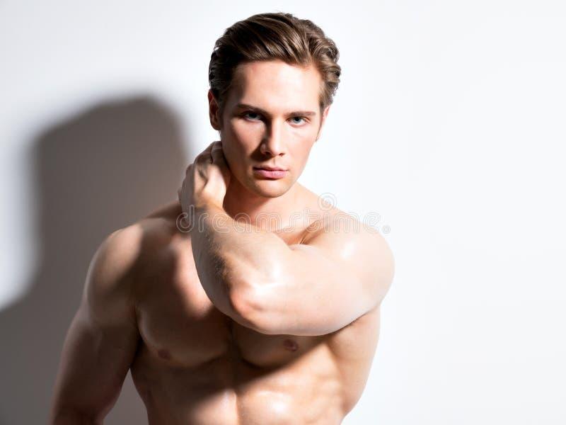 Hombre joven muscular atractivo que mira la cámara imagen de archivo libre de regalías