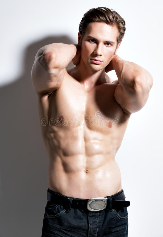 Hombre joven muscular atractivo que mira la cámara imagen de archivo