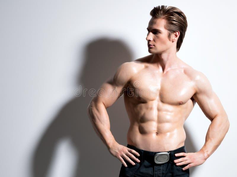 Hombre joven muscular hermoso que presenta en el estudio fotos de archivo