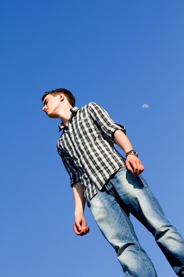 Hombre joven ocasional al aire libre imagenes de archivo