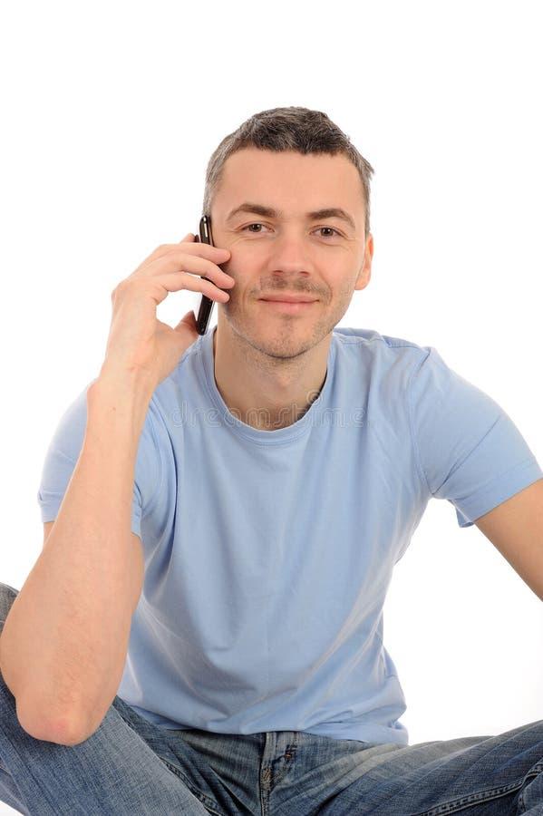 Hombre joven ocasional con el teléfono celular fotos de archivo libres de regalías