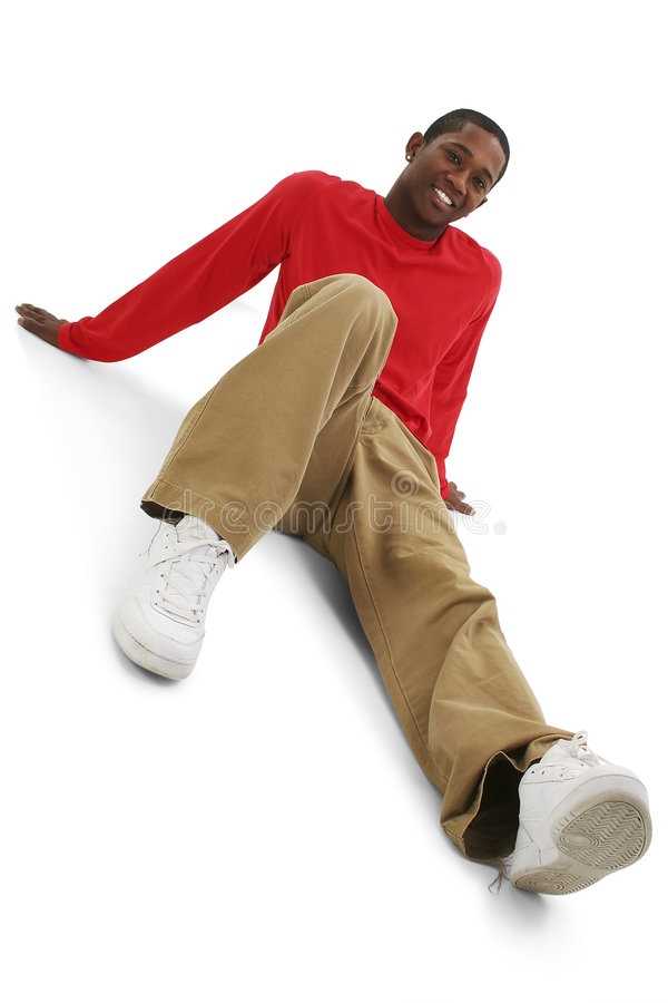 Hombre joven ocasional en pantalones de color caqui y camisa larga del rojo de la funda imágenes de archivo libres de regalías