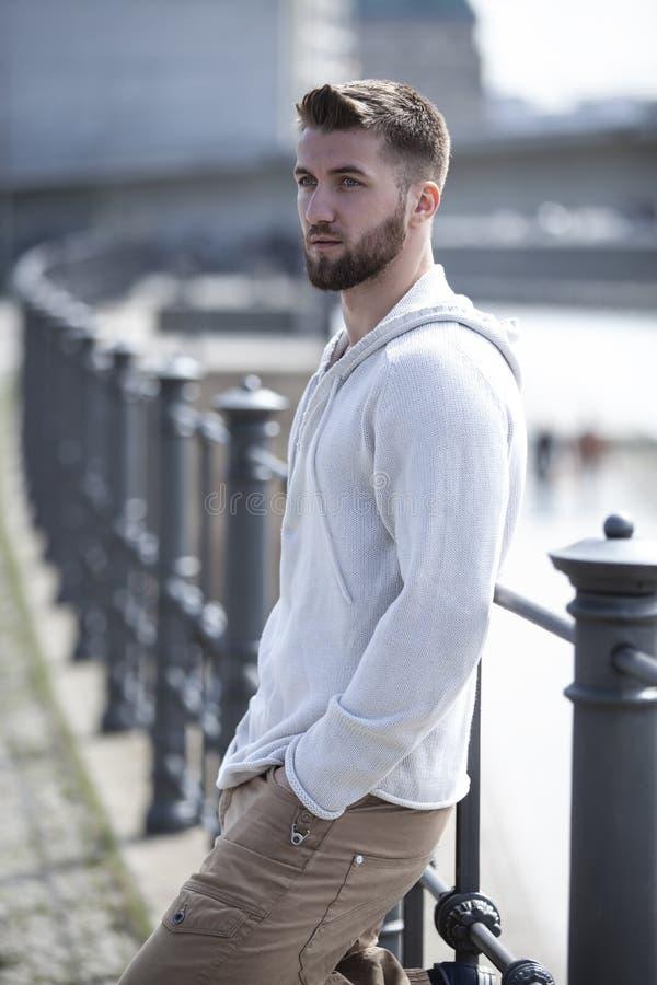 Hombre joven pensativo con la barba fotografía de archivo libre de regalías