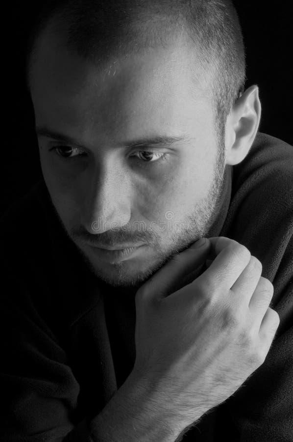 Hombre joven perdido en pensamiento fotografía de archivo